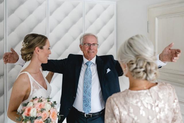 Braut Getting Ready Hochzeit Brautvater stolzer Papa